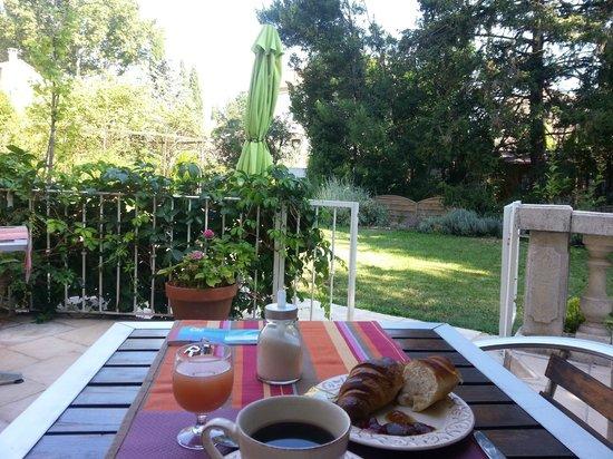 Caza Sereyna: petit déjeuner devant le parc