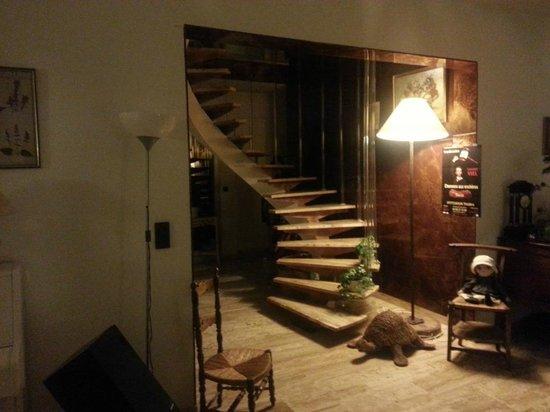 Caza Sereyna: escalier intérieur