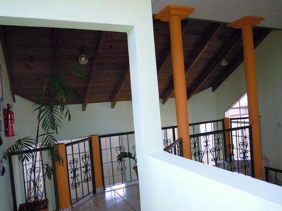 Casa Las Lomas : BONITO RELLANO EN PLANTA ALTA