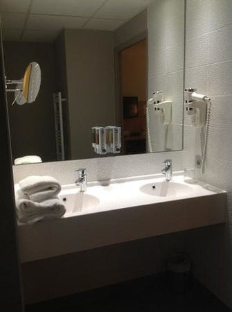 Best Western Les Terrasses De Montargis: verry clean bathroom with the newest technology equipment