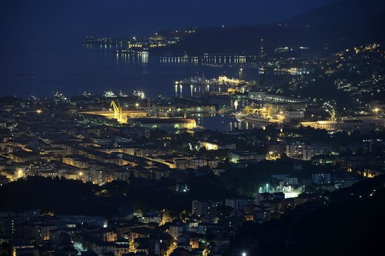 B & B Il Gelsomino: View from the terrace towards La Spezia at night