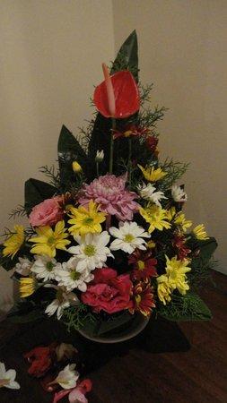 Bhanuswari Resort & Spa: fresh flowers in the room