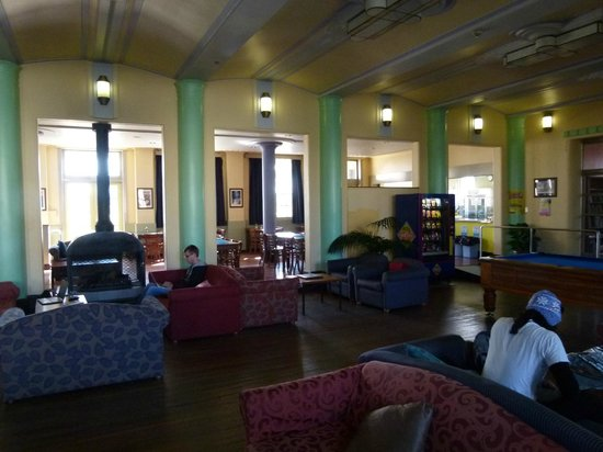 Blue Mountains YHA : Lounge with dining at rear.