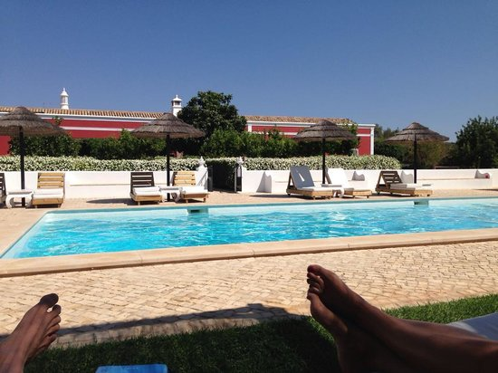 Quinta da Cebola Vermelha: The pool in the front, the Quinta and terrace at the back