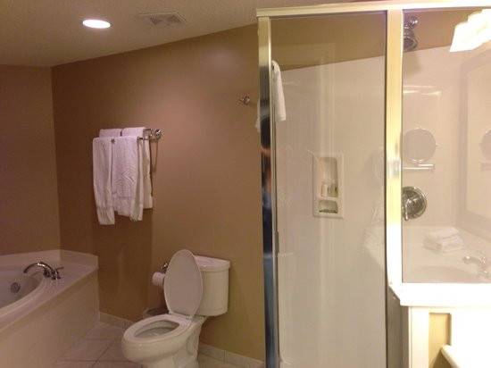 Holiday Inn Club Vacations Galveston Beach Resort: Bathroom sep tub shower