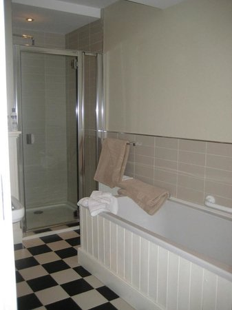 No. 1 Pery Square Hotel & Spa: Bathroom in the Oscar Wilde Suite