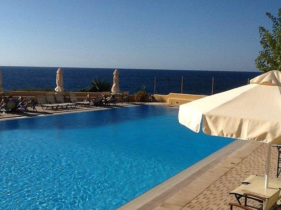 Giorgi's Blue Apartments: Pool and sea beyond