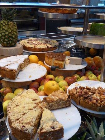 LeBuffet Berlin KaDeWe: buffet of cakes