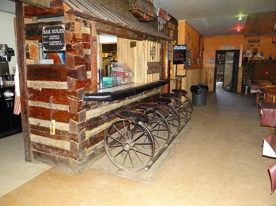 Love Valley: saloon