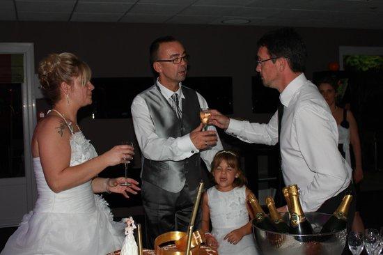 Best Western The Wish Versailles : Le gérant nous apporte la petite coupe de champagne
