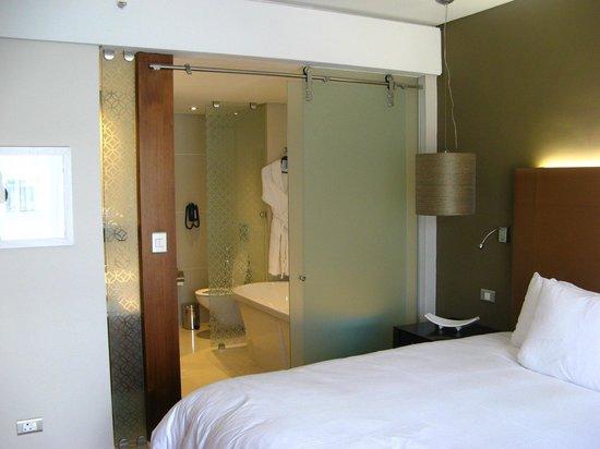 Hilton Cape Town City Centre: Separação quarto-banheiro