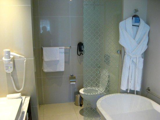 Hilton Cape Town City Centre: Banheiro muito bem apontado e funcional