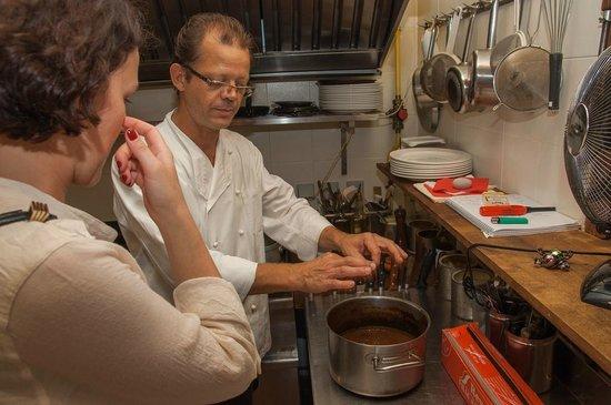Le 7ème sens : Gilles explaining how he cooks