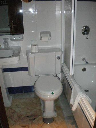 Hotel Baco: bathroom