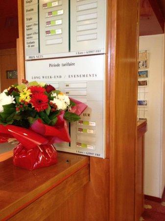 Hotel Mercure Lisieux : Sneaky flowers hiding the breakfast prices!