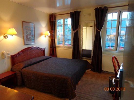 Hotel du Dauphin: camera da letto con vista sulla piazza