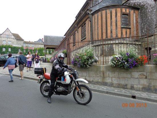 Hotel du Dauphin: ottimo poter lasciare la moto x strada