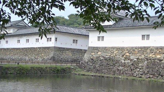 Umoreginoya: 埋木舎の前の水堀と櫓