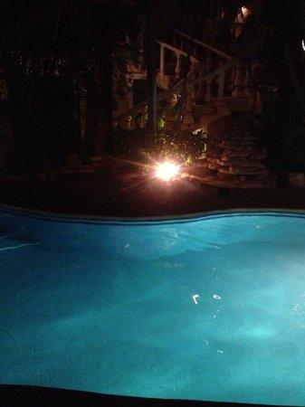 Hotel Aventura Mexicana: Pool lit at night