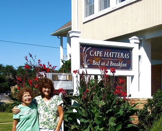 Cape Hatteras Bed and Breakfast : My mom and I infront of inn