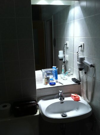 Panorama Hotel: Squashed bathroom basin