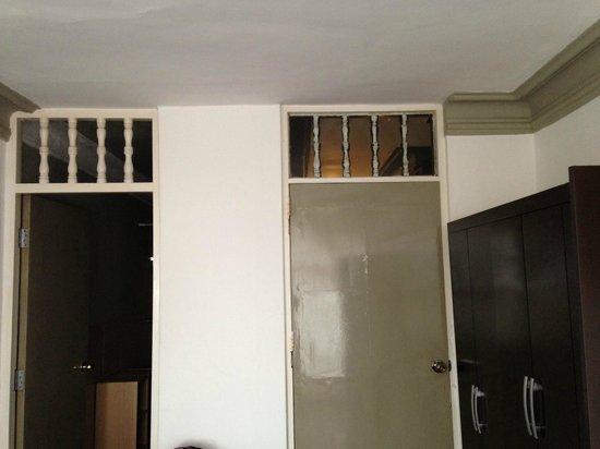Club Colonial : то самое окно над дверью