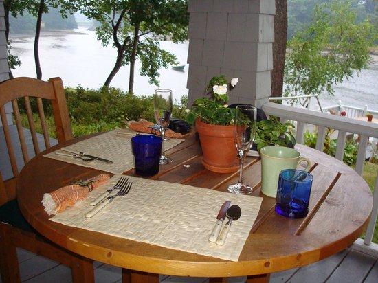 Bufflehead Cove Inn : Breakfast on the porch