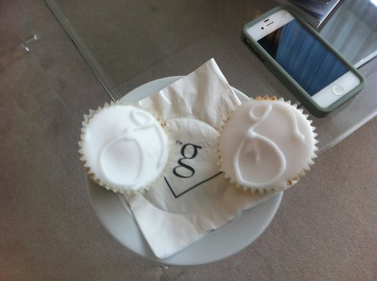 the g Hotel & Spa Galway: Welcome cupcakes in the room