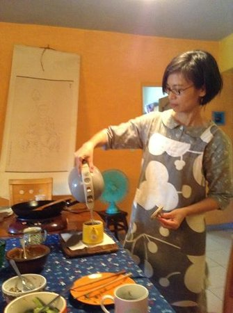 Jodie's Kitchen Cooking Class: jodie pouring her lovely tea
