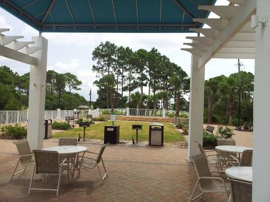 Laketown Wharf Resort: Picnic area with grills on site