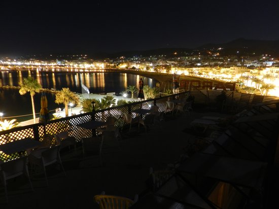 Faros Beach Hotel: rooftop terrace at night