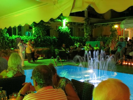 Telesilla poolside Restaurant: seating round the pool