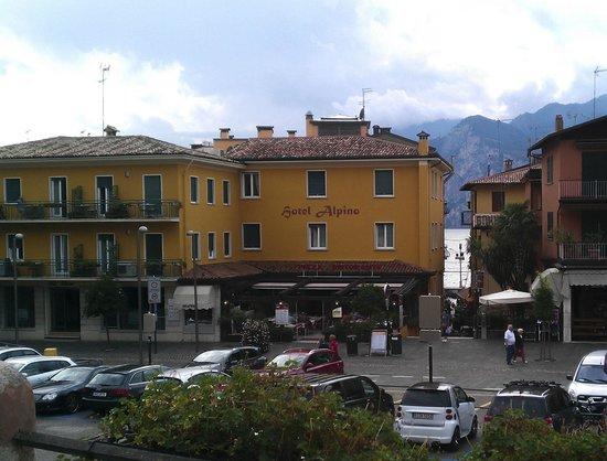 Ristorante Pizzeria Alpino: Вид на ресторан и гостиницу Alpino