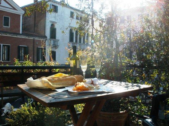 Hotel Dalla Mora : picnic on the terrace
