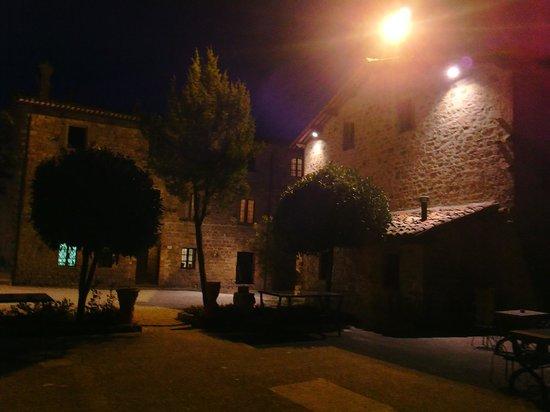 Castello di Petroia: Vista della struttura di notte