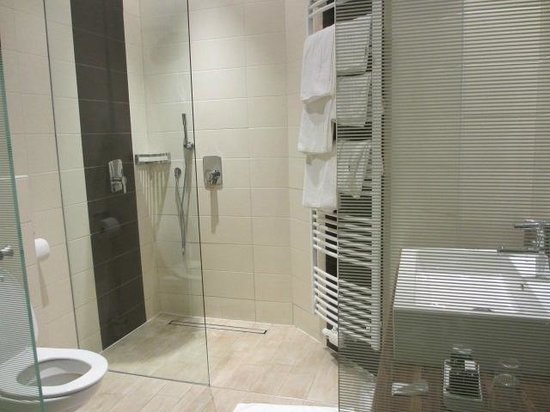 Hotel Vienna: Bathroom... glass doors