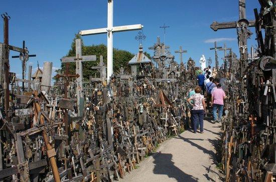 Berg der Kreuze Šiauliai: Pathway through Hill of Crosses