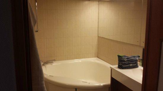 Elite Hotel Residens: The bathroom