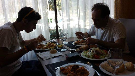 Occidental Isla Cristina: mi padre y mi hermano comiendo, muy rica la comida