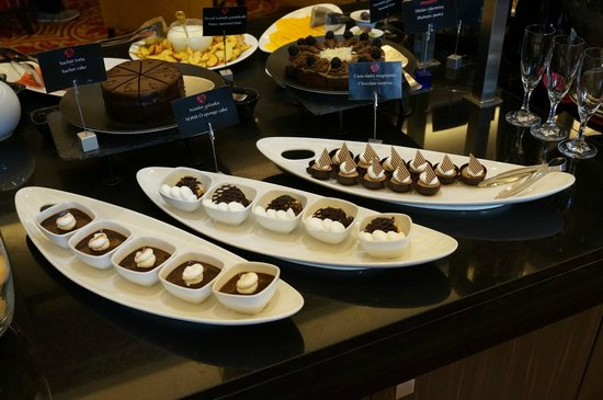Budapest Marriott Hotel: Magnificent cake table.