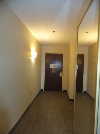 Holiday Inn Express Tower Center : Long entry way w/ mirrored closet on right