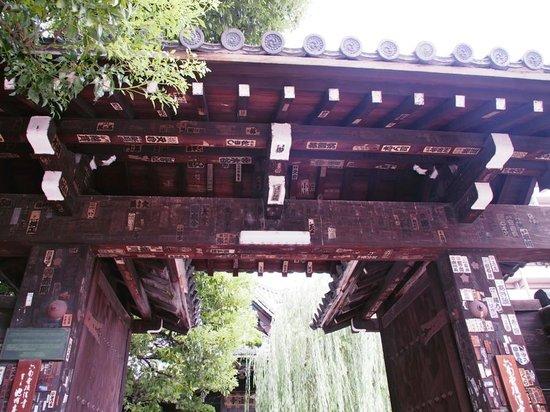 Chohoji Temple: 六角堂の門