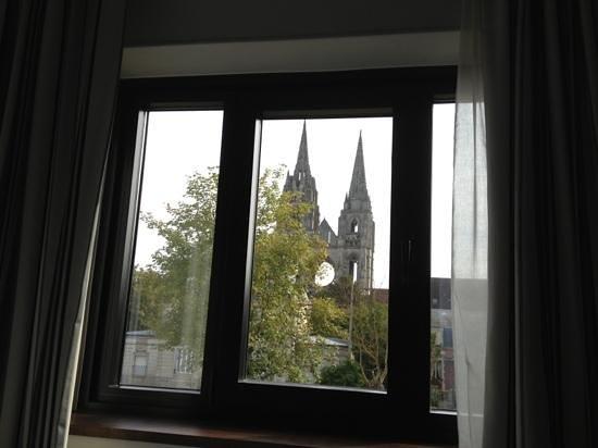 Best Western Plus Hotel Des Francs : vue de la chambre sur abbaye