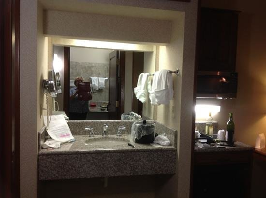 Inn at Ohio Northern University: extra sink and bar area