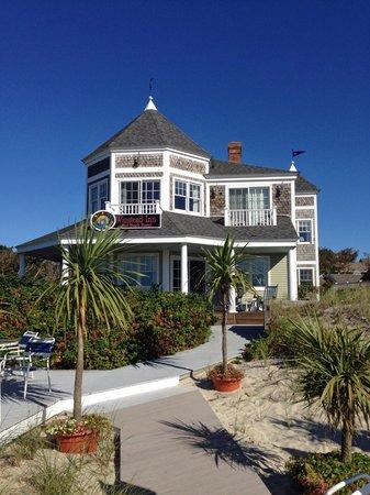 Winstead Inn and Beach Resort : The Beach Resort seen from the beach