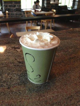 Syracuse, État de New York : HALF COFFEE HALF HOT CHOCOLATE
