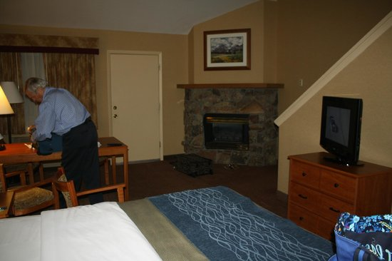 Comfort Inn Estes Park: nice cozy fireplace in suite