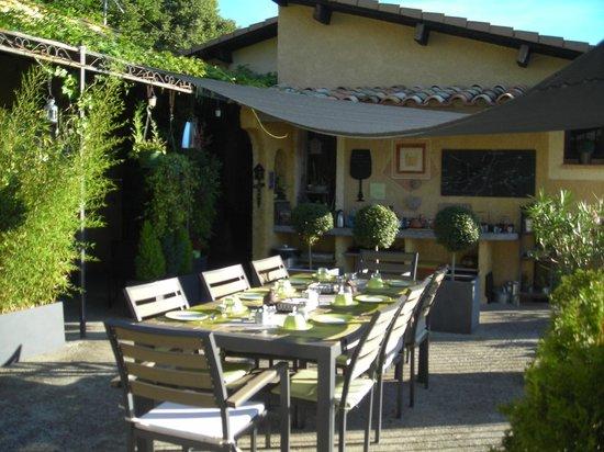 Le Mas du Cadranier : petit dejeuner sur la terrasse