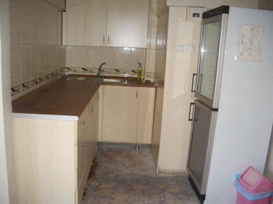 Merih 2 Hotel: 最上階のテラスにキッチンと冷蔵庫があり利用できます