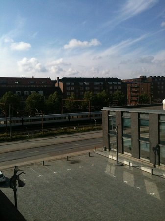 Adina Apartment Hotels Copenhagen : View from our balcony over the railway